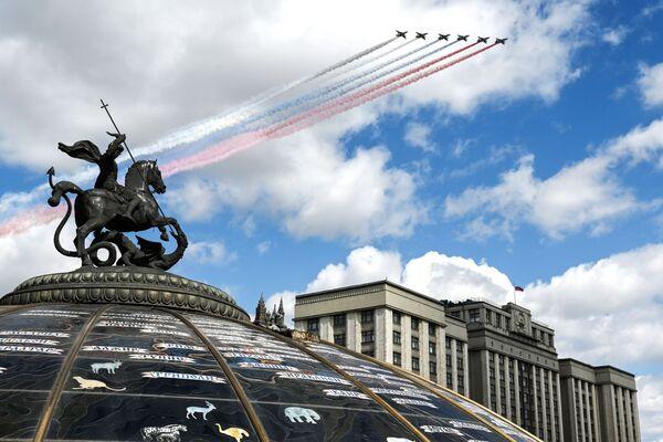 Stroje Su-25BM  během zkoušky letecké části průvodu na počest 76. výročí vítězství ve druhé světové válce v Moskvě. - Sputnik Česká republika