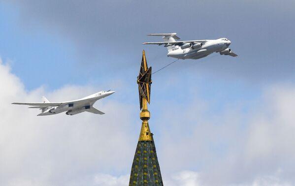 Tankovací letoun Il-78 a strategický bombardér Tu-160 na nebi během zkoušky vojenské přehlídky v Moskvě - Sputnik Česká republika