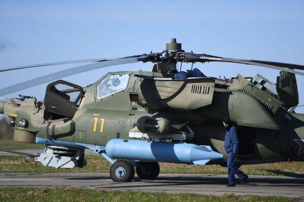 Technici na letišti před zkouškou letecké části přehlídky ke Dni vítězství kontrolují vybavení bitevního  vrtulníku Mi-28N  - Sputnik Česká republika