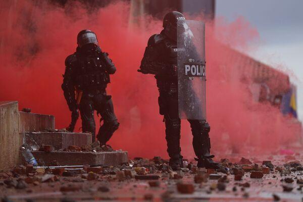 Policisté během protestů proti chudobě a policejní brutalitě v Kolumbii. - Sputnik Česká republika