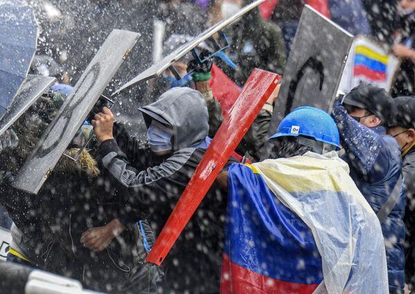 Střety demonstrantů s policií na Bolívarově náměstí. 5. května 2021. - Sputnik Česká republika