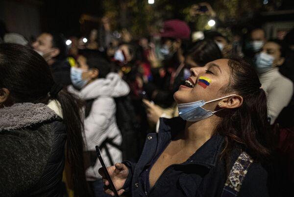 Občané Kolumbie žijící v Chile vykřikují slogany proti prezidentovi Ivánu Duqueovi během noční hlídky proti násilí v Kolumbii. - Sputnik Česká republika
