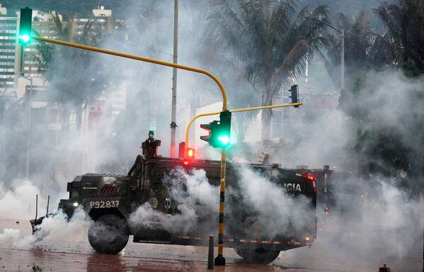 Obrněné policejní auto během protestu v Bogotě, Kolumbie. - Sputnik Česká republika
