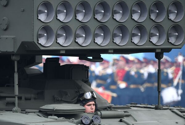 Člen posádky raketometu TOS-1A Solncepjok během generální zkoušky vojenské přehlídky na počest 76. výročí vítězství ve Velké vlastenecké válce. - Sputnik Česká republika