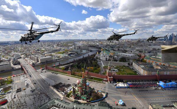 Víceúčelové vrtulníky Mi-8 během generální zkoušky vojenské přehlídky na počest 76. výročí vítězství ve Velké vlastenecké válce. - Sputnik Česká republika