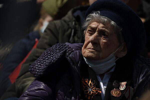 Veteránka Velké vlastenecké války pozoruje generální zkoušku vojenské přehlídky na Rudém náměstí. - Sputnik Česká republika