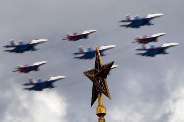 Stíhací letouny MiG-29 a Su-30SM během generální zkoušky vojenské přehlídky na počest 76. výročí vítězství ve Velké vlastenecké válce. - Sputnik Česká republika