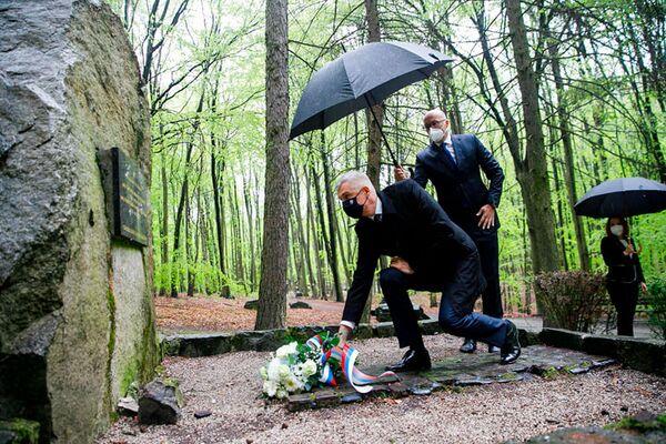 Slovenský ministr zahraničí Ivan Korčok pokládá květiny ke hrobům sovětských vojáků padlých při osvobozování Bratislavy. - Sputnik Česká republika
