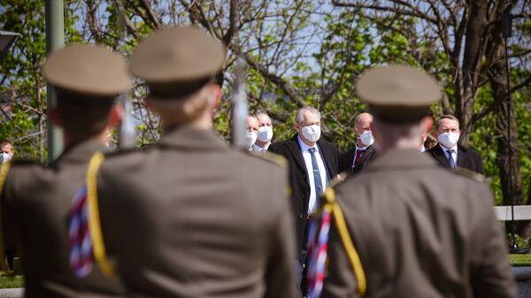 Президент Чехии Милош Земан во время мемориальной церемонии по случаю 76-й годовщины окончания Второй мировой войны у Национального памятника на холме Витков в Праге - Sputnik Česká republika