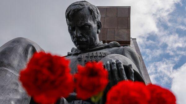 Люди возлагают цветы к советскому военному мемориалу в Трептов-парке в Берлине в ознаменование 76-й годовщины окончания Второй мировой войны - Sputnik Česká republika