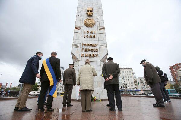Lidé pokládají květiny k obelisku. Kyjev, Ukrajina. - Sputnik Česká republika