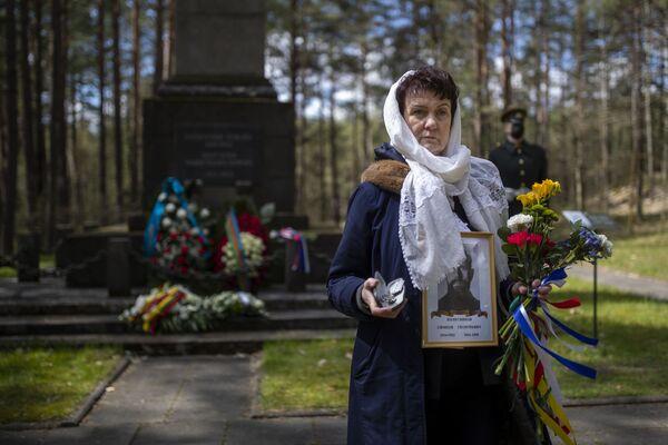 Žena drží portréty svých příbuzných – účastníků druhé světové války. Vilnius, Litva. - Sputnik Česká republika