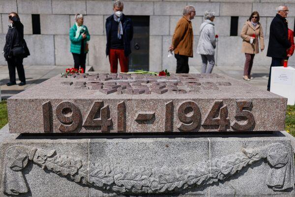 Lidé vzdávají hold sovětským vojákům u památníku v Berlíně. - Sputnik Česká republika
