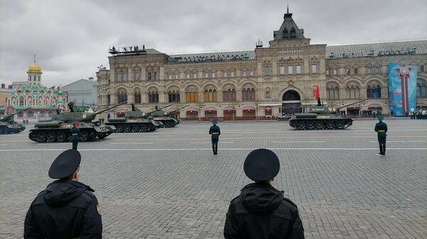 Průjezd zahajují legendární tanky T-34-85. Jedná se o nejlepší tanky 2. světové války. - Sputnik Česká republika