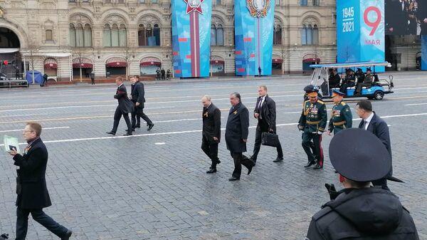 Ruský prezident Vladimir Putin opouští Rudé náměstí. Doprovází ho prezident Tádžikistánu Emómalí-ji Rahmón. - Sputnik Česká republika