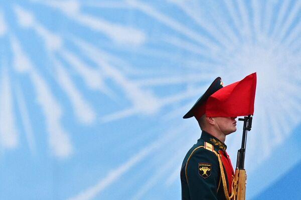 Voják během vojenské přehlídky na počest 76. výročí vítězství ve Velké vlastenecké válce. - Sputnik Česká republika