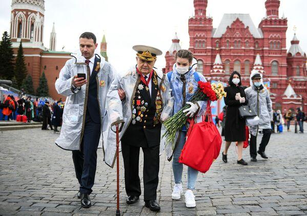 Veterán odchází z Rudého náměstí po ukončení vojenské přehlídky na počest 76. výročí vítězství ve Velké vlastenecké válce. - Sputnik Česká republika