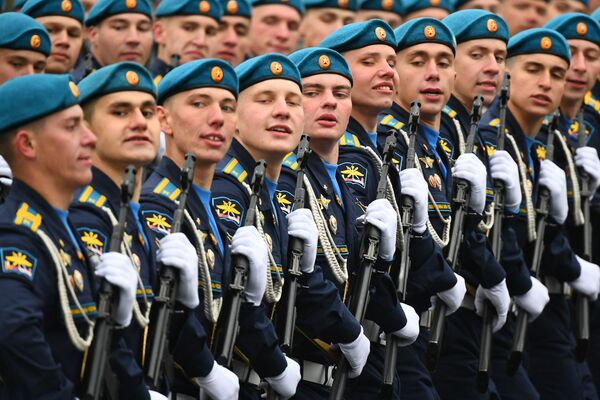 Vojáci Vzdušně-kosmických sil během vojenské přehlídky na počest 76. výročí vítězství ve Velké vlastenecké válce. - Sputnik Česká republika