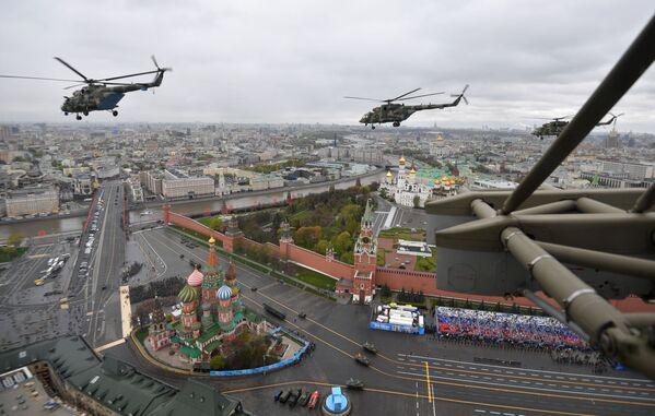 Víceúčelové vrtulníky Mi-8 během vojenské přehlídky na počest 76. výročí vítězství ve Velké vlastenecké válce. - Sputnik Česká republika
