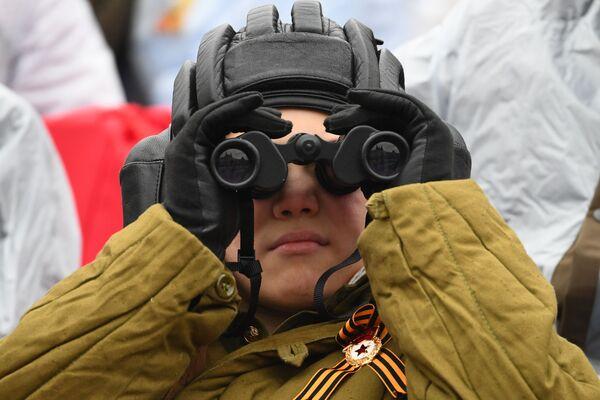 Chlapec pozoruje vojenskou přehlídku na počest 76. výročí vítězství ve Velké vlastenecké válce. - Sputnik Česká republika