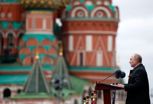 Ruský prezident Vladimir Putin vystupuje na vojenské přehlídce na Rudém náměstí. - Sputnik Česká republika