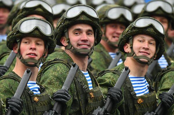 Vojáci výsadkových vojsk během vojenské přehlídky na počest 76. výročí vítězství ve Velké vlastenecké válce. - Sputnik Česká republika