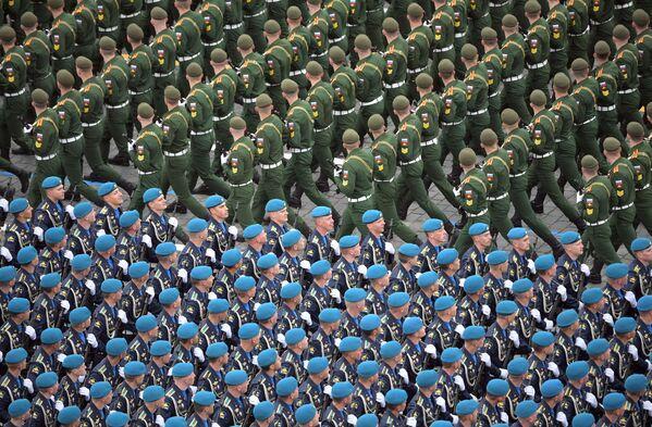 Vojáci v průvodu během vojenské přehlídky na počest 76. výročí vítězství ve Velké vlastenecké válce. - Sputnik Česká republika