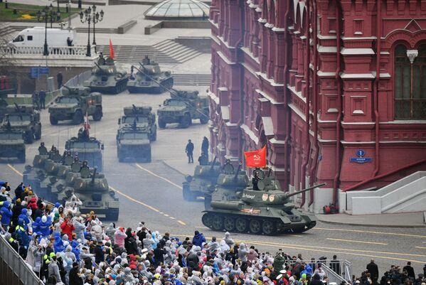 Tanky T-34-85 během vojenské přehlídky na počest 76. výročí vítězství ve Velké vlastenecké válce. - Sputnik Česká republika