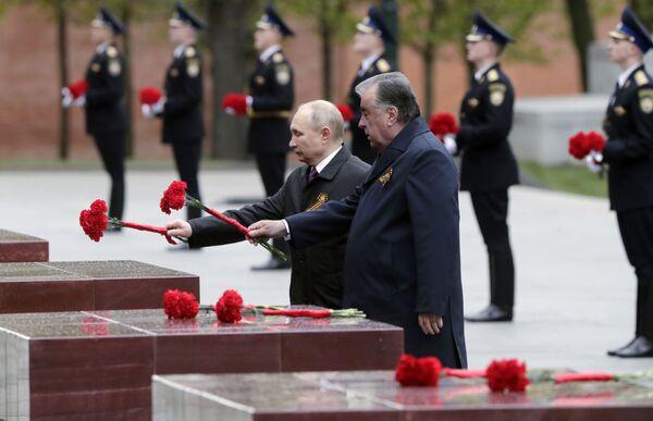 Prezident Ruska Vladimir Putin a prezident Tádžikistánu Emómalí-ji Rahmón pokládají květiny u hrobu neznámého vojína v Alexandrovské zahradě. - Sputnik Česká republika