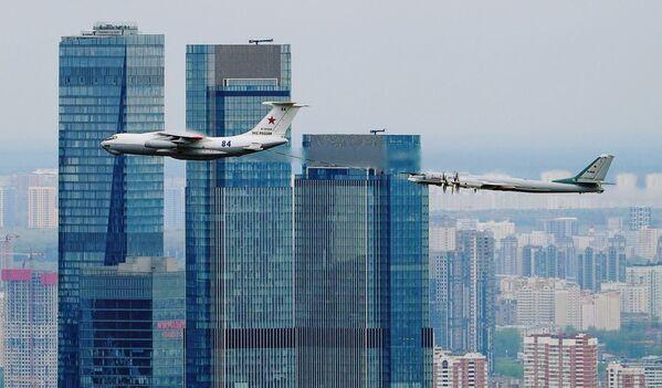 Tankovací letoun Il-78 a strategický bombardér TU-95MS letí poblíž obchodní čtvrti Moskva-City. - Sputnik Česká republika