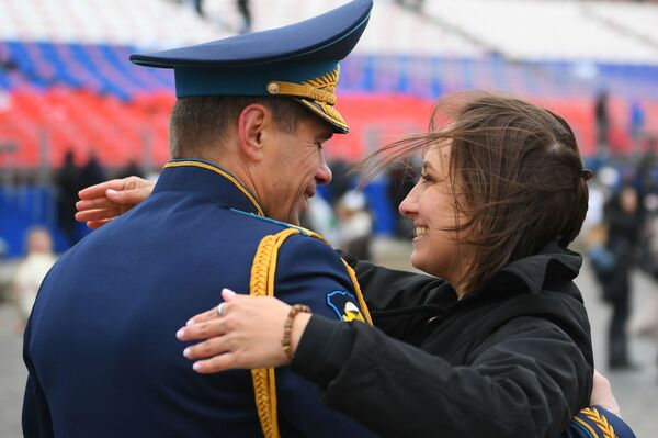 Voják spolu se ženou po ukončení vojenské přehlídky v Moskvě. - Sputnik Česká republika