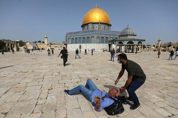 Střety Palestinců s izraelskými bezpečnostními silami před mešitou Al-Aksá v jeruzalémském Starém Městě. - Sputnik Česká republika