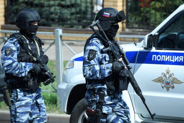 Strážci zákona poblíž školy v Kazani, kde začali střílet neznámí lidé. - Sputnik Česká republika