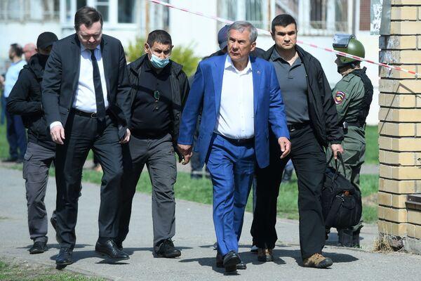 Prezident Tatarstánské republiky Rustam Minnichanov (uprostřed) před školou v Kazani, kde začali střílet neznámí lidé. - Sputnik Česká republika
