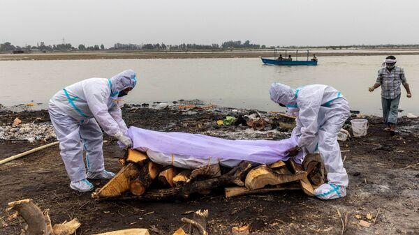 Кремация на берегу Ганга, Индия - Sputnik Česká republika
