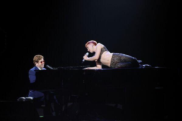 Zpěvák Olly Alexander a hudebník Elton John na Brit Awards v Londýně - Sputnik Česká republika