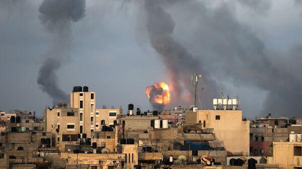 Дым от израильских воздушных ударов на юге сектора Газа - Sputnik Česká republika