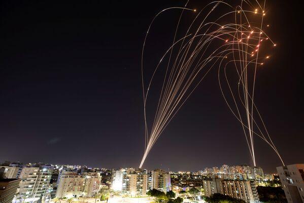 Izraelský systém protivzdušné obrany Železná kopule zachycuje rakety odpálené z Pásma Gazy směrem na Izrael - Sputnik Česká republika