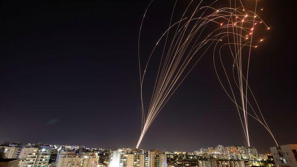 Израильская противоракетная система Iron Dome перехватывает ракеты, запущенные из сектора Газа в направлении Израиля - Sputnik Česká republika