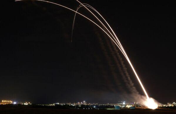 Rakety izraelského systému protivzdušné obrany Železná kopule odstartovaly, aby zachytily rakety odpálené z Pásma Gazy - Sputnik Česká republika