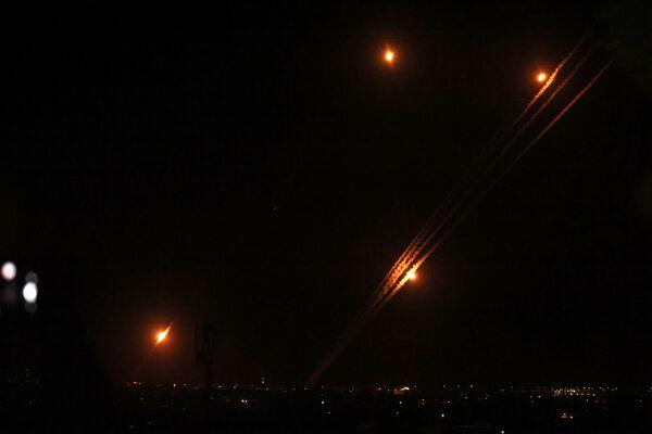 Rakety jsou odpalovány v Rafáhu na jihu Pásma Gazy směrem na Izrael - Sputnik Česká republika