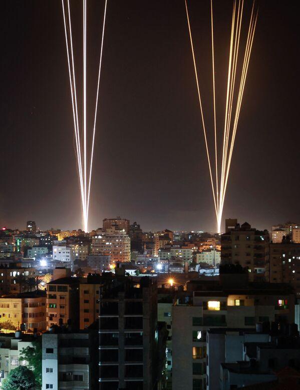 Rakety vypálené z Pásma Gazy, ovládané palestinským hnutím Hamás, v reakci na izraelský nálet na 12patrovou budovu - Sputnik Česká republika