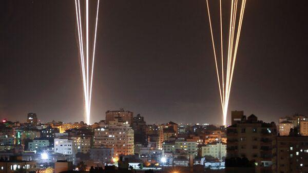 Ракеты запускаются из города Газа, контролируемого палестинским движением ХАМАС, в ответ на израильский авиаудар по 12-этажному зданию в городе - Sputnik Česká republika