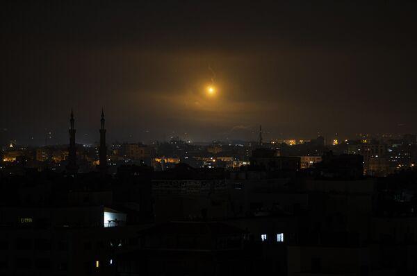 Záblesk na obloze nad Pásmem Gazy - Sputnik Česká republika