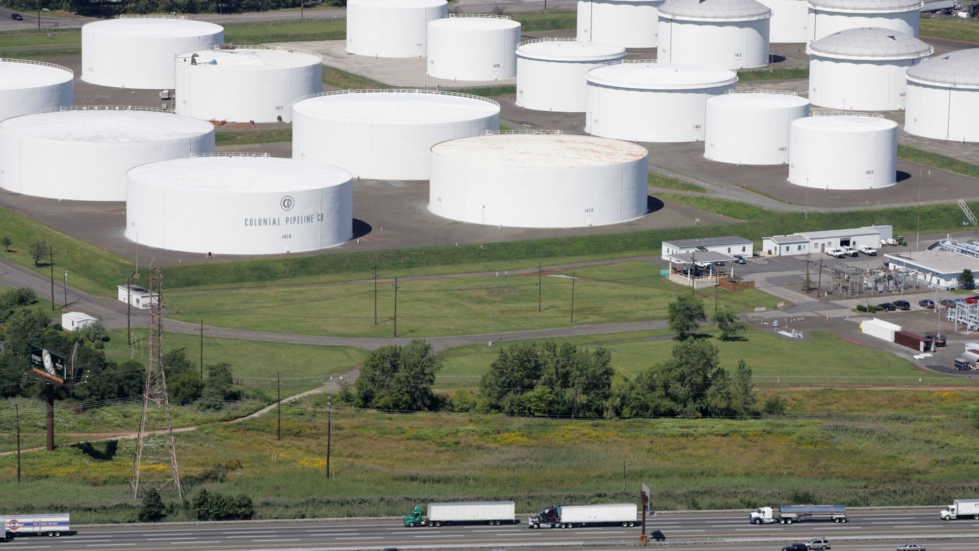 Zásobní nádrže na ropu pro koloniální potrubí v Lindenu, NJ - Sputnik Česká republika, 1920, 14.05.2021