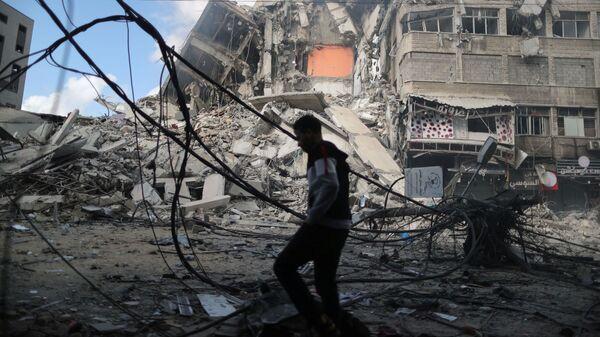 Высотный дом, разрушенный в результате израильских воздушных ударов, в Газе - Sputnik Česká republika