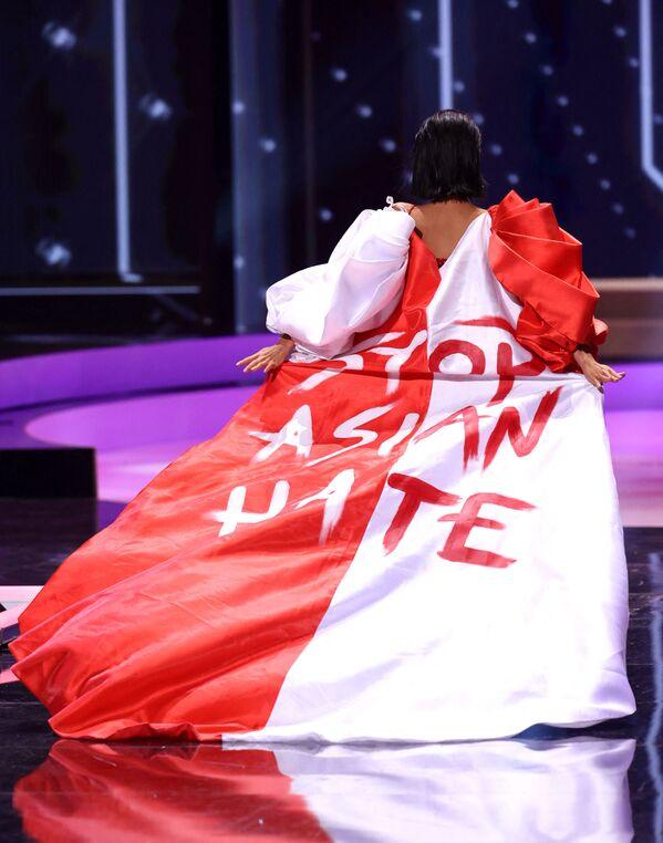 Miss Universe Singapuru Bernadette Belle Ong v šatech s nápisem Zastavme nenávist vůči Asiatům. - Sputnik Česká republika