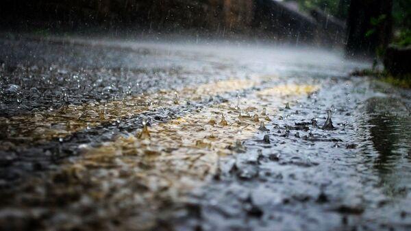 Крупные капли дождя падают на асфальт - Sputnik Česká republika