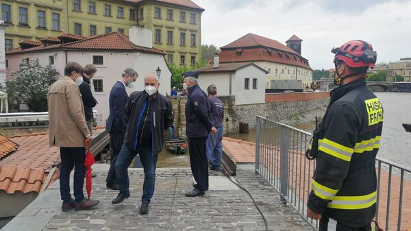 Водолазы чешских пожарных работают на реке Влтава в Праге - Sputnik Česká republika