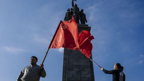Болгарские коммунисты на фоне памятника Советской армии в Софии - Sputnik Česká republika